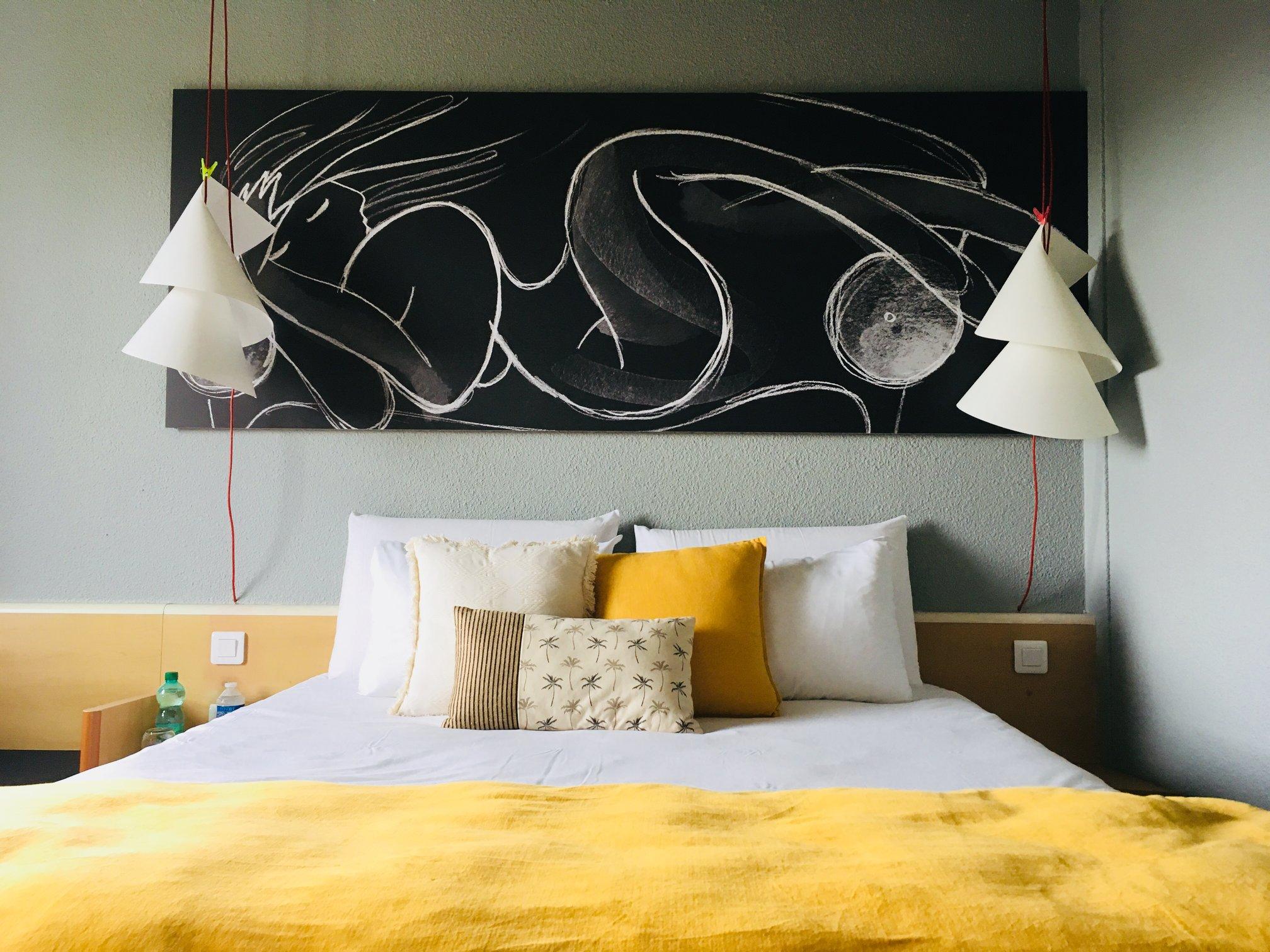 Décoration tendance et personnalisée dans les nouvelles chambres supérieures de l'Ibis de la zone CAP'NOR de Cherbourg en Cotentin